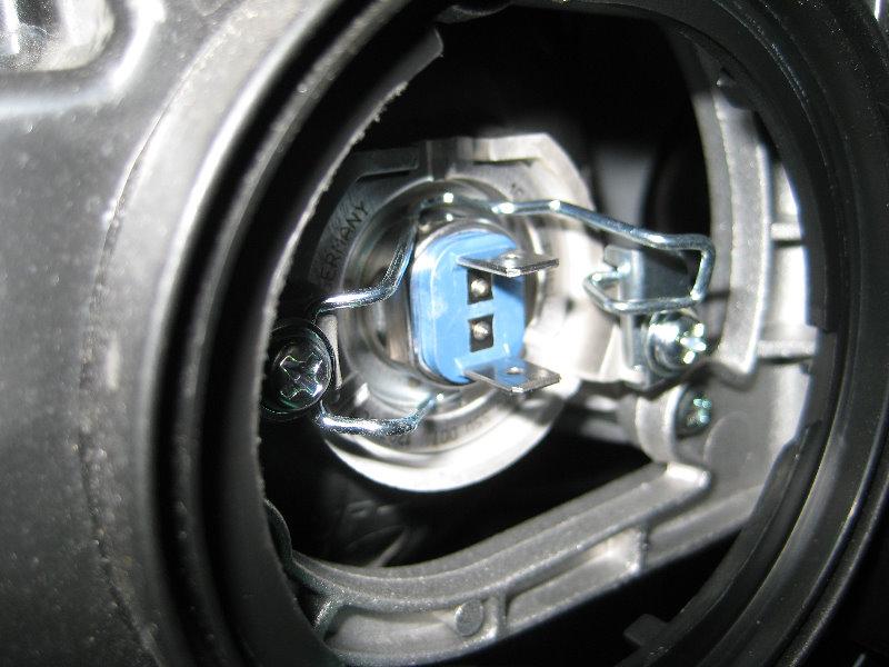 Hyundai Santa Fe Headlight Bulbs Replacement Guide 007
