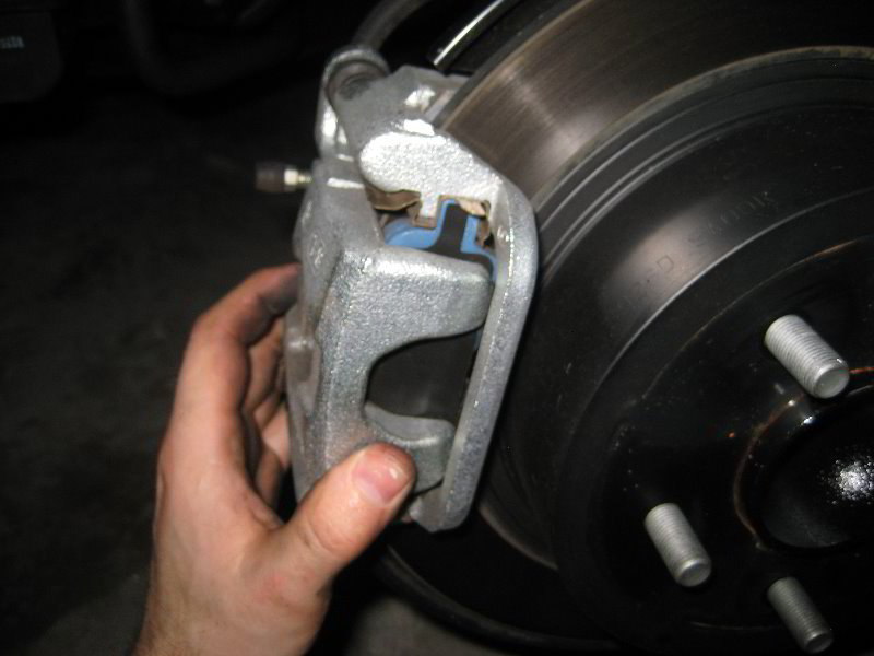 Nissan Juke Rear Disc Brake Pads Replacement Guide 022